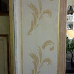 L'intérieur de la porte est décorée pour faire le lien avec le décor de l'autre pièce.